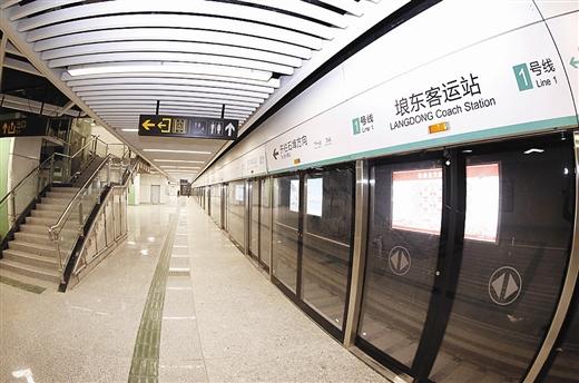 南宁地铁1号线(东段)计划在6月28日通车,从地面看,各地铁站点周围仍有不少围挡。目前,留给施工方的时间仅剩4个月了,地铁站建设得怎么样了?地铁站内部是什么模样?2月28日,南国早报记者走进1号线的埌东客运站站点一探究竟,发现站厅装修已到收尾阶段,正在进行设备调试。地铁离我们越来越近了 8个出入口分布民族大道两侧 地铁1号线埌东客运站站点位于民族大道与枫林路交叉路口,线路沿民族大道地下设置,呈东西向布置,为地下两层(局部三层)双岛四线车站,是1号线的第23座车站,同时也是1号线与6号线的换乘站,是全线
