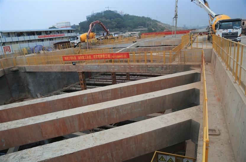 其中, 百花岭站已经完成车站围护结构钻孔桩,冠梁建设,支撑体系架设