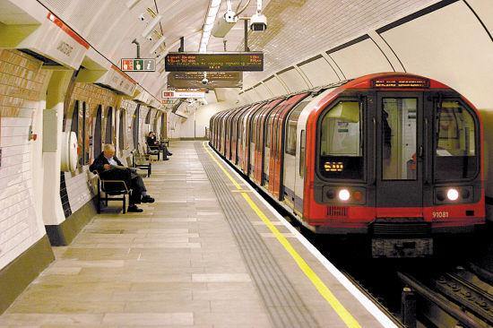1863年1月10日,世界上第一条地铁伦敦地铁通车,至今已整整150周年。截至2013年11月,世界上共有54个国家189个城市的地铁系统投入运营,地铁在城市交通中大显身手。 很多城市把地铁纳入整个轨道交通系统,列车并非一定都在地下运行。按国际惯例,一个城市的地铁网包括所有在地下、地面和高架铁路上运行的列车。下面我们说说外国地铁中我们不知道的事儿。 1.